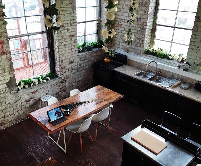 Malé kuchyně s dřevěnými prvky